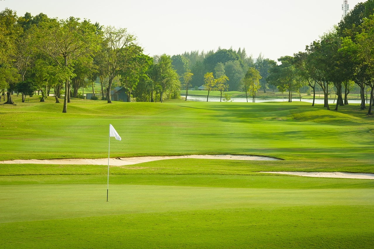 Topdressing Golf Courses with Rich Compost